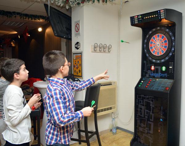 Arkadne igre u Beogradu - pikado u Areni Fun Factory